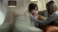 Junge Frau Freund zu leckeren Weinen