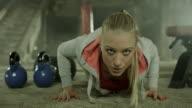 Junge Frau tun, push-ups