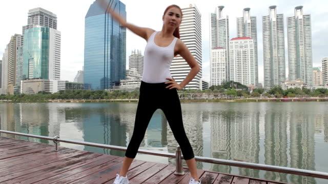 Junge Frau, die stretching-Übung