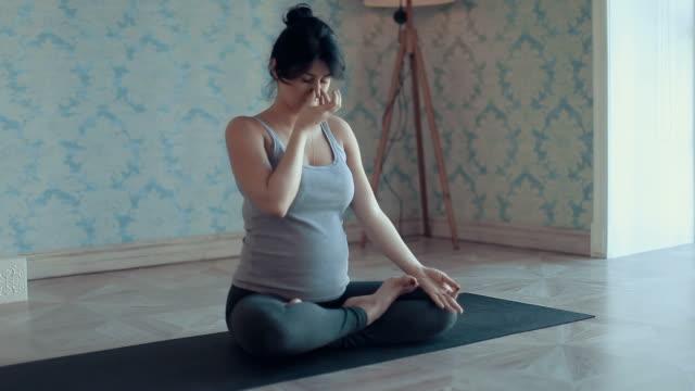 Jonge vrouw doen Yoga meditatie en rekoefeningen