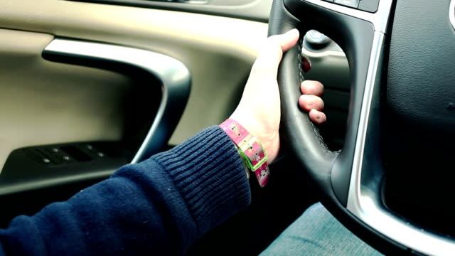 Junge Frau Fahren ein Auto