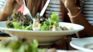Giovane donna mangiare insalata fresca