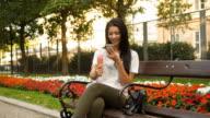 Junge Frau essen Eis und Foto-messaging mit Handy