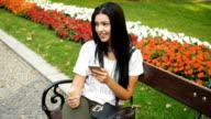 Junge Frau Eis essen und spielen mit Telefon