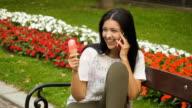 Junge Frau Eis essen und Gespräch am Telefon