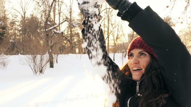 Jonge vrouw genieten van winter.
