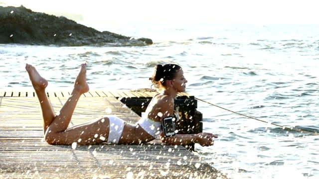 Junge Frau Ausübung yoga am Kai Zeitlupe