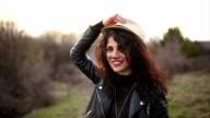 Junge Frau Gestikulieren mit einem Hut