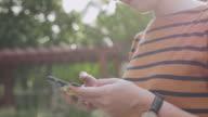 Junge Frau Hände halten Kreditkarte und mit smart-Phone. Online-shopping
