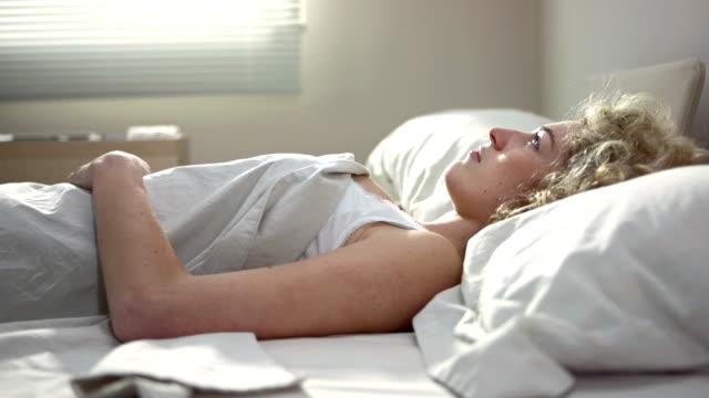 Junge Frau, die unter Schlaflosigkeit