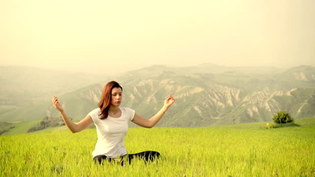 Junge Frau, die meditation