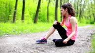 Junge Frau mit Schmerzen auf die Knie