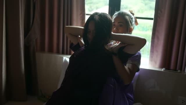 jonge vrouw met ontspannen met Thaise massage