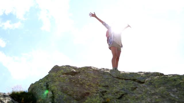 Ung kvinna vandra på berget peak-framgång och frihet