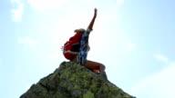 Jonge vrouw wandelen op de berg piek-succes en vrijheid