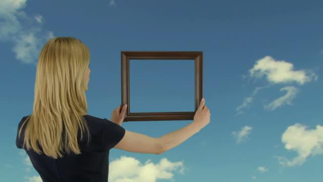 Junge Frau hält einen frame