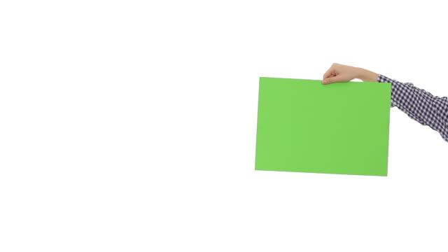 Junge Frau halten grüne leeren Schild.
