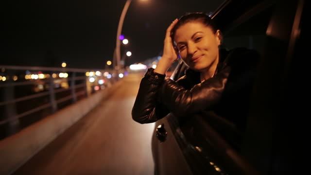 Junge Frau Schiefer aus dem Auto Fenster.