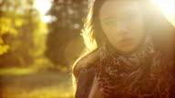 Junge Frau, Blick in die Kamera