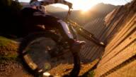 Junge Frau Mountainbiken