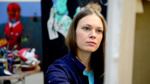 Junge Frau Maler in der art studio