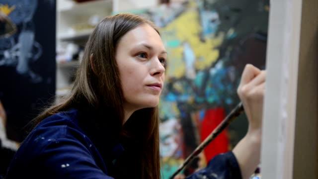 Giovane pittore in studio d'arte