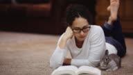 Junge Frau, die ein Buch neben ein Hase