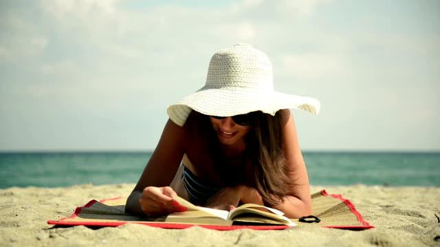 Junge Frau lesen.