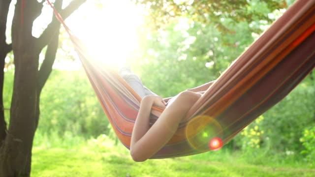 Junge Frau entspannt In einer Hängematte Super-Zeitlupe
