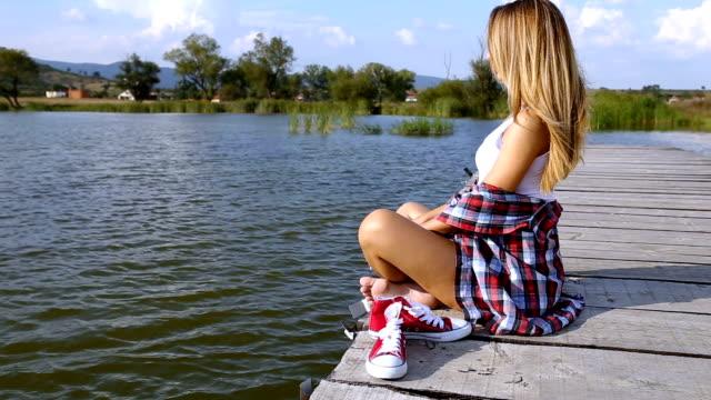Jonge vrouw ontspannen mediteren