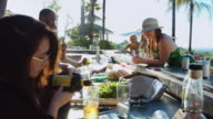 Junge Frau schütteln Drink Mixer bei Pool-Party