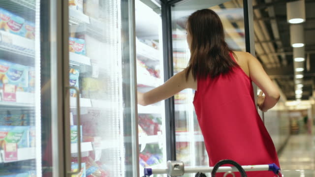 MS Young woman shopping in grocery store.