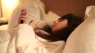Junge Frau schlafen im Bett