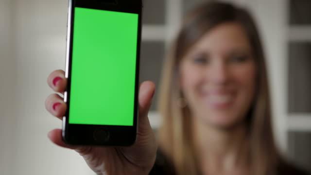 Giovane donna smartphone con schermo verde femmina persona persone