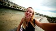 Giovane donna prendendo una selfie in Porto di Trouville, Normandia Francia