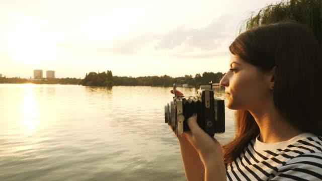 Junge Frau mit einem Vintage-Kamera fotografieren.