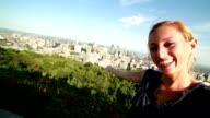 Giovane donna prendendo selfie in Montreal