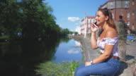 Junge Frau im Gespräch auf ein Mobiltelefon von Canal