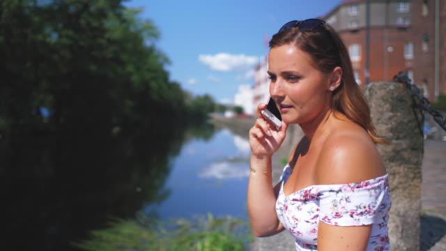 Junge Frau am Handy