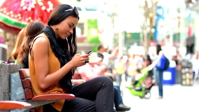 Junge Frau SMS