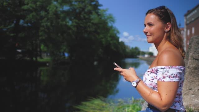 Junge Frau mit einem Mobiltelefon von Canal