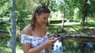 Junge Frau mit dem Handy telefonieren