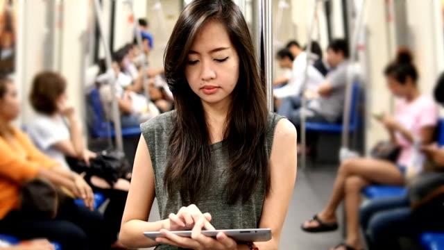 Giovane donna utilizzando un tablet