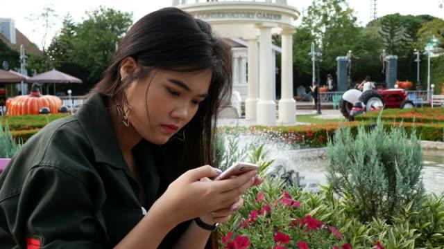 junge Frau mit Smartphone für Online-chat