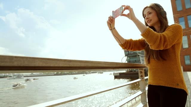 Junge Frau mit video-chat mit einem Handy im Freien