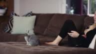 Junge Frau vor dem Fernseher mit ihrem bunny