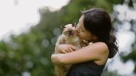 Junge Frau mit verspielten Kätzchen