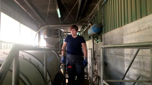 Junge Frau Arbeiter in Rohstoff-Verarbeitungsanlage