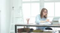 Giovane donna al lavoro nell'ufficio.