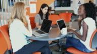 Junge Unternehmerinnen in einem Business-Meeting